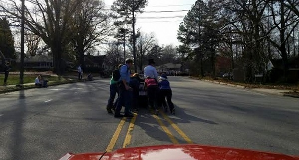 With the help of bystanders, the mayor's car was pushed safely off the road.